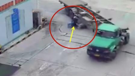 货车转弯有多危险,多亏男子反应快!惊险一幕发生了