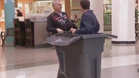 国外恶搞:藏在垃圾桶中突然出现,路人被吓得手舞足蹈!