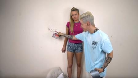 外國小哥惡搞女友,用膠帶將女友粘在墻上,網友:晚上搓衣板伺候