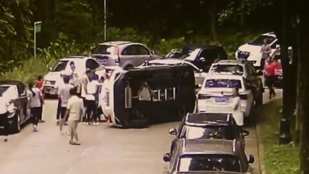 女司机驾车送女儿上学途中发生侧翻 所幸附近街坊及时搭救