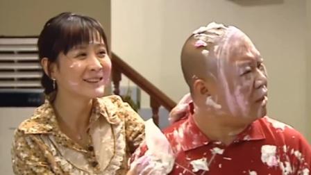 郭德纲给媳妇订蛋糕,上面写的是别人的名字,气的媳妇追着他打