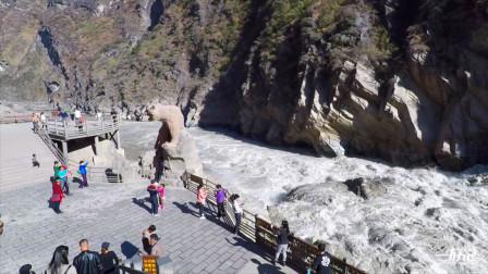 香格里拉旅行必游景点虎跳峡,站在观景台,体验一下惊涛骇浪
