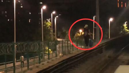 男子跳入地铁轨道来回走动9分钟 还抱着柱子转圈