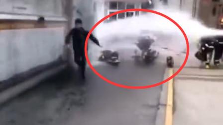 消防放水哥接水带两手不默契 水柱直接喷翻队友