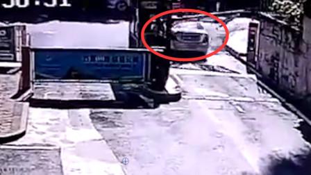 重庆一奔驰失控冲出车库道闸 随后撞上停放小客车
