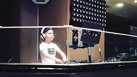 世界上最年轻DJ!4岁男孩夜总会打碟刷新纪录