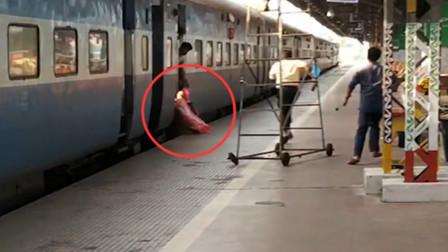 惊险!女子欲跳下行驶的火车 不料被刮倒拖行十多米