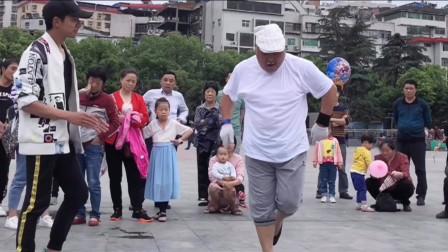 男神阳仔PK鬼步舞舞王老大爷 这个舞蹈太精彩了!