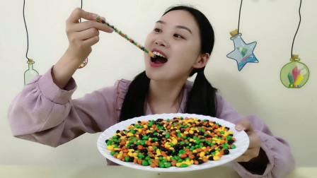 妹子吃五彩巧克力豆,瓜子仁裹着巧克力,又香又脆吃得好过瘾