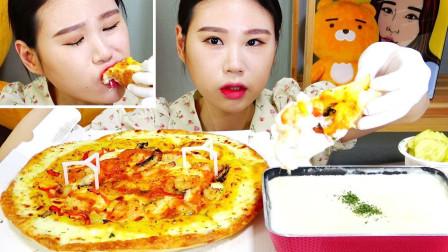 韩国女吃货卡妹,吃虾仁披萨,蘸着新鲜奶油,吃得真香,真馋人啊