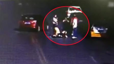 女乘客出租车拼车被袭胸 的哥劝阻被打后下车将其撂倒