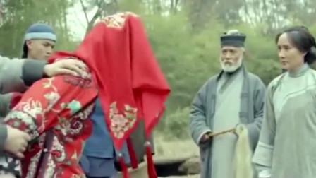 这是传说中的阴婚么,身罩大红衣服的漂亮女子,被人塞进大红棺材里