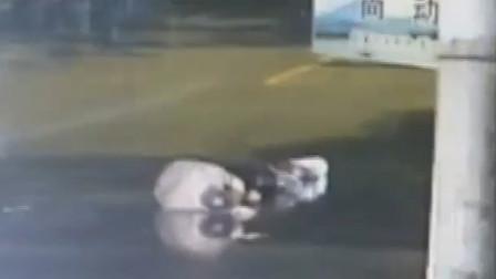 小车撞倒行人后直接肇事逃逸 致伤者遭二次伤害