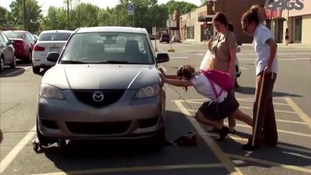 国外恶搞:女士的包被车压着,萝莉超大力推开车,简直难以置信!