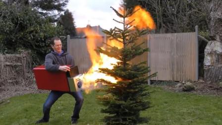 老外在家自制超大号打火机,威力是寻常火机的百倍,网友:真怕他把房子掀了