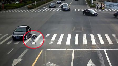 13岁男孩斑马线埋头飞奔闯红灯 瞬间被撞飞数米远