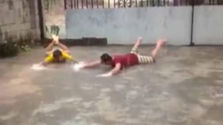 求雨成功!云南久旱逢甘霖 两男子兴奋趴地蛙泳