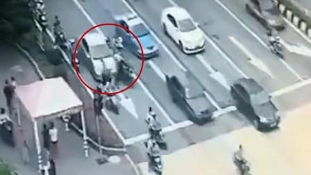 广东一小车红绿灯处失控 连撞4辆电动致4伤