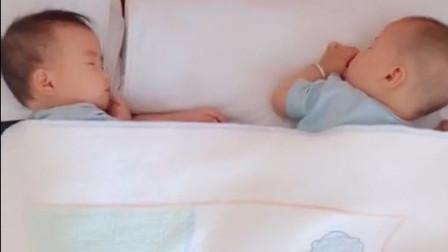 龙凤胎宝宝睡着的正香,掀开被子看到这一幕,妈妈直接笑岔气了!