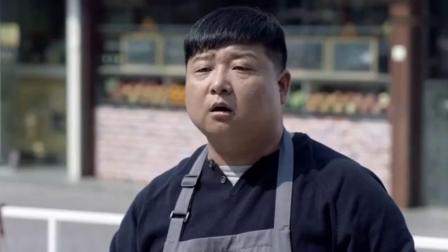 小伙要路边摊买虾饼,谁知吃了他一口虾饼,竟猜出他是酒店大厨