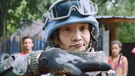 黑人暴徒竟敢挑衅中国军人,中国军人直接霸气一脚踢趴他,太牛了