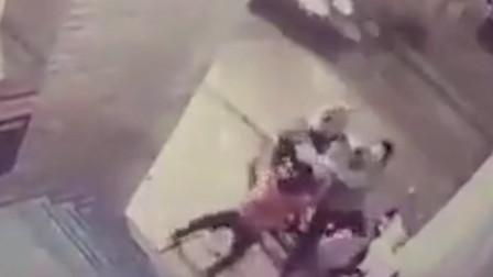"""11岁女孩""""神力""""爆发 危急关头成功打跑抢妈妈摩托车的男子"""