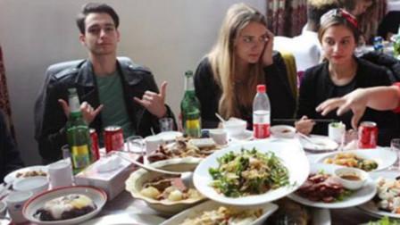 法国人来中国餐厅吃饭,嫌中国人点菜少,等菜上齐后却难堪了