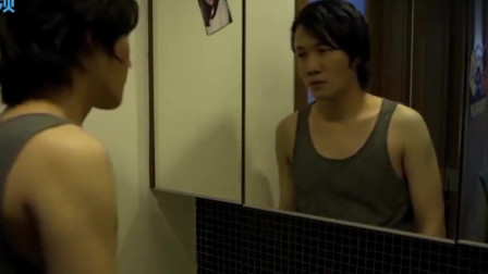 小伙半夜照镜子,看见了不可思议的一幕,吓的呆滞