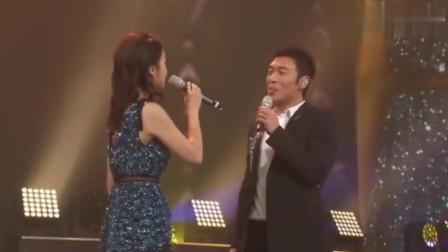 许志安曾在公益晚会,与黄心颖深情对唱,这眼神有点不简单啊