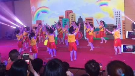 """幼儿园""""六一""""儿童节舞蹈《红灯停绿灯行》"""