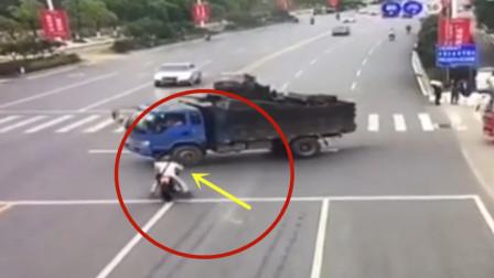 摩托男子路口撞上货车,瞬间起火!差点丢了性命