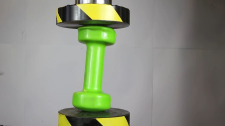 用哑铃测试液压机的威力,启动开关,哑铃能否安然无恙?