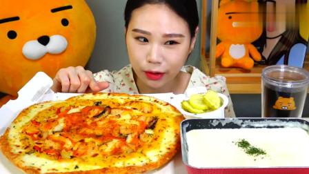 韩国大胃王卡妹吃大披萨,蘸着酱汁一咬一大口,真佩服她的胃口!