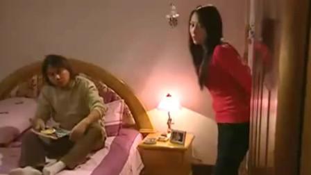 男子躺在床上抱住美女,她苦苦挣扎,不料男子竟这么狠!