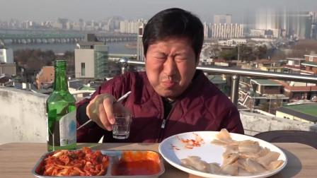 《韩国农村美食》小伙子再房顶吃午饭,一大盘生鱼片蘸酱吃,看着真过瘾