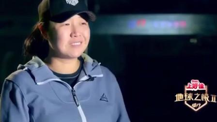 """侣行:张昕宇的车被""""杀手""""逼停!下车寻找疑问,胆真大!"""