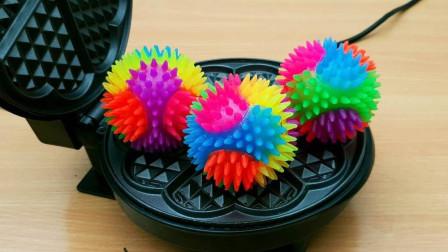 电饼铛里放三个彩虹弹力球,加热后会变成啥样?好戏开始了!