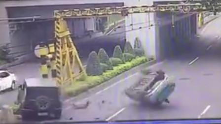 越野车强行调头 直行出租车被撞翻倒扣路中央
