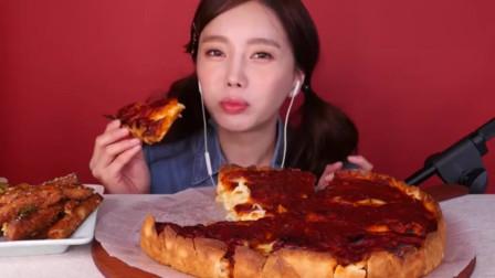 大胃王吃播:韩国欧尼吃的这个披萨看起来干巴巴的,没想到里面有这么多的芝士呀