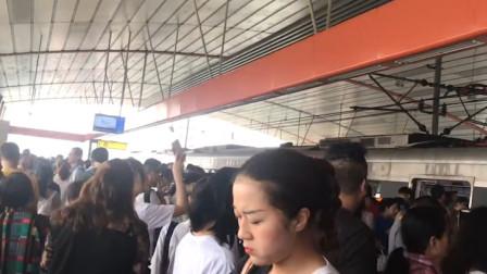 """重庆6号线""""罢工"""" 上班族步行跨千厮门大桥"""