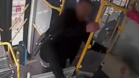男子打司机致公交急停 女友拉架滑倒摔伤