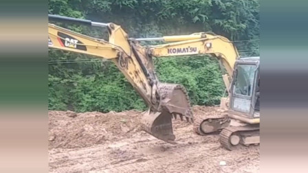 两台挖机打起架来了,能这么玩吗,要是让老板看到了,呵呵