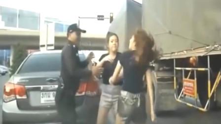 俩傻女人为挣一个男友,一言不合,就大打出手,警察来了也不理