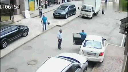 女司机停车,横冲直撞的,旁边的大爷表示很无奈,哈哈!