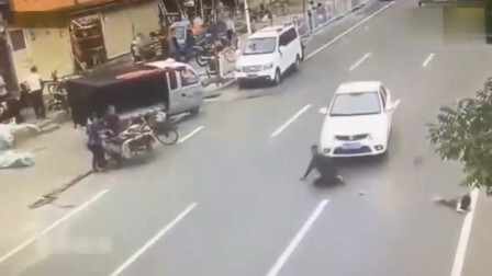 女孩过马路找妈妈,突然不见了,监控还原全过程!
