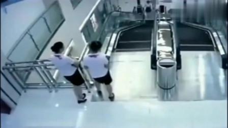 两员工发现不对劲,站在旁边观望,没想到真的出事了!