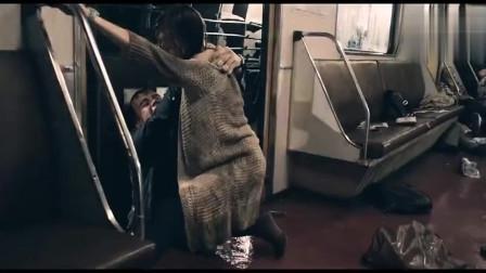 地铁事故,男子逃跑不料车厢歪斜,直接将其挤扁,女友看到后傻了
