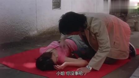 姑娘在地上装死,想要趁机整小伙,没想到最后却来了一个自食其果