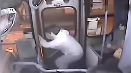 妙龄女上公交车,身后男子居然这样做,公交车司机的举动让人拍手称赞