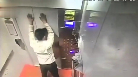 男子刚失业躲在电梯里发泄情绪,没想到意外发生了